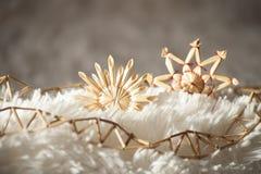 Αστέρια αχύρου διακοσμήσεων Χριστουγέννων και σειρά των καλάμων στον ήλιο Στοκ φωτογραφία με δικαίωμα ελεύθερης χρήσης