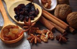 Αστέρια γλυκάνισου, καρύδια, κανέλα, σταφίδες για το ψήσιμο και το μαγείρεμα Αρώματα των σπιτικών τροφίμων πεδίο βάθους ρηχό Στοκ φωτογραφία με δικαίωμα ελεύθερης χρήσης