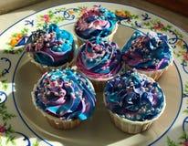 Αστέρια και διάστημα κρέμας σοκολάτας cupcakes με τα μαργαριτάρια στοκ εικόνες