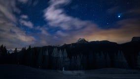 Αστέρια και σύννεφα νυχτερινού ουρανού πέρα από τα βουνά θεϊκά περνώντας διαστημικά αστέρια ουρανού ατμόσφαιρας ομαλά Στοκ φωτογραφίες με δικαίωμα ελεύθερης χρήσης