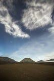 Αστέρια και σύννεφα πέρα από το ηφαίστειο Batok, ανατολική Ιάβα Στοκ Εικόνες