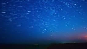 Αστέρια και φεγγάρι πέρα από τη θάλασσα Χρονικό σφάλμα 4K απόθεμα βίντεο