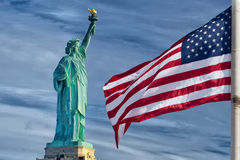 Αστέρια και λωρίδες αμερικανικών αμερικανικών σημαιών στο άγαλμα του υποβάθρου μπλε ουρανού ελευθερίας Στοκ εικόνες με δικαίωμα ελεύθερης χρήσης