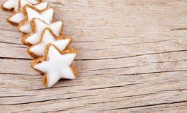Αστέρια κανέλας για τα Χριστούγεννα στο ξύλο στοκ φωτογραφία