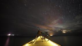 Αστέρια νυχτερινού ουρανού Timelapse Ποδήλατο και γέφυρα απόθεμα βίντεο