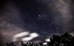 Αστέρια σε μια ελαφριά ομίχλη των σύννεφων στοκ εικόνες με δικαίωμα ελεύθερης χρήσης
