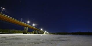Αστέρια στο νυχτερινό ουρανό επάνω από τη φωτισμένη γέφυρα αυτοκινήτων στοκ εικόνες με δικαίωμα ελεύθερης χρήσης