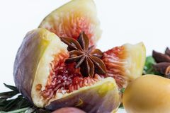 Αστέρι γλυκάνισου στην καρδιά του σύκου και των φρούτων ημερομηνίας στοκ εικόνες
