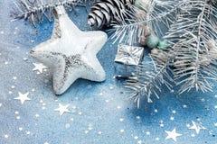 Αστέρι γυαλιού, μικρό κιβώτιο δώρων, firtree κλάδος και κώνοι στην μπλε SPA Στοκ εικόνα με δικαίωμα ελεύθερης χρήσης