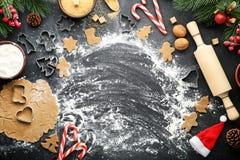 αστέρι μορφών φεγγαριών καρδιών μπισκότων Χριστουγέννων ψησίματος Στοκ Φωτογραφία