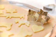 αστέρι μορφών φεγγαριών καρδιών μπισκότων Χριστουγέννων ψησίματος Στοκ εικόνες με δικαίωμα ελεύθερης χρήσης