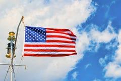 Αστέρι-ριγωτοί κυματισμοί αμερικανικών σημαιών υπερήφανα ενάντια στο μπλε ουρανό Στοκ φωτογραφία με δικαίωμα ελεύθερης χρήσης