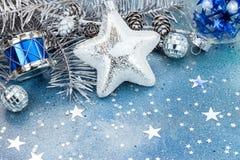 Αστέρι, τύμπανο, firtree σφαιρών γυαλιού ασημένιος abd κλάδος με τους κώνους επάνω Στοκ φωτογραφίες με δικαίωμα ελεύθερης χρήσης
