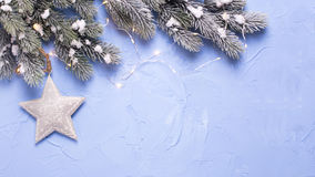Αστέρι Χριστουγέννων, δέντρο γουνών κλάδων και φω'τα νεράιδων στο μπλε te Στοκ φωτογραφία με δικαίωμα ελεύθερης χρήσης