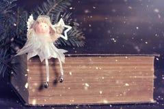 Αστέρι Χριστουγέννων εκμετάλλευσης αγγέλου Χριστουγέννων Στοκ εικόνα με δικαίωμα ελεύθερης χρήσης