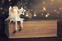 Αστέρι Χριστουγέννων εκμετάλλευσης αγγέλου Χριστουγέννων Στοκ Εικόνα