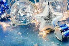 Αστέρι Χριστουγέννων με τις σφαίρες γυαλιού και φω'τα διακοπών στο μπλε backg Στοκ φωτογραφίες με δικαίωμα ελεύθερης χρήσης