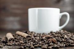 Αστέρι Anis, ραβδιά κανέλας και σιτάρια καφέ με το φλυτζάνι Στοκ εικόνες με δικαίωμα ελεύθερης χρήσης