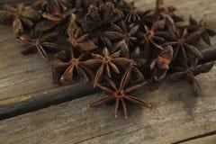 Αστέρι anises στον ξύλινο πίνακα Στοκ Φωτογραφία