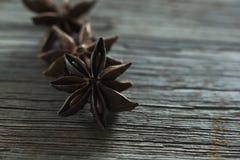 Αστέρι anises στον ξύλινο πίνακα Στοκ εικόνα με δικαίωμα ελεύθερης χρήσης