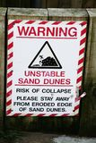 Ασταθείς αμμόλοφοι άμμου που προειδοποιούν στην παραλία Στοκ εικόνες με δικαίωμα ελεύθερης χρήσης