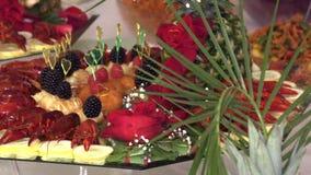 Αστακοί και θαλασσινά με τα φρούτα που σχεδιάζονται σε έναν δίσκο απόθεμα βίντεο