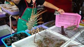 Αστακός αγοράς στην αγορά ψαριών απόθεμα βίντεο