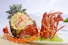 Αστακός και ανανάς στο πιάτο στοκ εικόνες