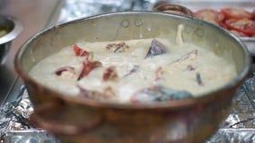 Αστακός που βράζεται στη σάλτσα γάλακτος και κρασιού απόθεμα βίντεο