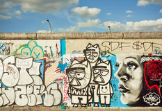 Αστεία άγνωστα γκράφιτι καλλιτεχνών της υπαίθριας στοάς ανατολικών πλευρών Στοκ φωτογραφία με δικαίωμα ελεύθερης χρήσης
