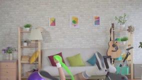 Αστεία άσκηση ικανότητας ηττημένων ατόμων που χρησιμοποιεί στο σπίτι το μειωμένο αργό MO λαστιχένιων ζωνών απόθεμα βίντεο
