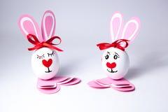 Αστεία αγόρι και κορίτσι αυγών Πάσχας Στοκ Εικόνες