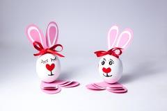 Αστεία αγόρι και κορίτσι αυγών Πάσχας Στοκ εικόνα με δικαίωμα ελεύθερης χρήσης