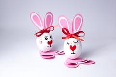 Αστεία αγόρι και κορίτσι αυγών Πάσχας Στοκ Φωτογραφίες