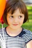 Αστεία απαίσια κινηματογράφηση σε πρώτο πλάνο πορτρέτου μικρών κοριτσιών με τα μπαλόνια Στοκ Εικόνες