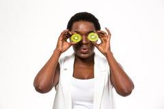 Αστεία αφρικανικά μισά ακτινίδιων εκμετάλλευσης γυναικών μπροστά από τα μάτια Στοκ φωτογραφίες με δικαίωμα ελεύθερης χρήσης