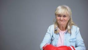 Αστεία γιαγιά που προσποιείται στο κιβώτιο, που υπερνικά τις δυσκολίες, έννοια επιτυχίας, υγεία απόθεμα βίντεο