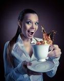 Αστεία γυναίκα με το φλυτζάνι και τον παφλασμό του χαμόγελου τσαγιού στοκ εικόνες