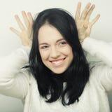 Αστεία γυναίκα που κάνει το σημάδι χεριών Στοκ φωτογραφία με δικαίωμα ελεύθερης χρήσης