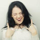 Αστεία γυναίκα που κάνει το σημάδι χεριών Στοκ Φωτογραφίες