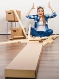 Αστεία γυναίκα που κινείται μέσα με τις βίδες και τα μέρη Στοκ Εικόνες