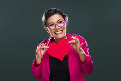 Αστεία γυναίκα που κρατά μια καρδιά στοκ εικόνες