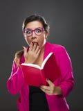 Αστεία γυναίκα που μένει έκπληκτη με κάτι στοκ εικόνες