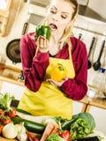 Αστεία γυναίκα που παίρνει το δάγκωμα του πιπεριού κουδουνιών Στοκ φωτογραφία με δικαίωμα ελεύθερης χρήσης