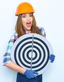 Αστεία γυναίκα που φορά έναν στόχο βελών εκμετάλλευσης κρανών κατασκευής Στοκ Φωτογραφίες