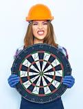 Αστεία γυναίκα που φορά έναν στόχο βελών εκμετάλλευσης κρανών κατασκευής Στοκ εικόνες με δικαίωμα ελεύθερης χρήσης