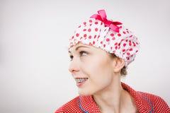 Αστεία γυναίκα που φορά τις πυτζάμες και το λούσιμο ΚΑΠ Στοκ Εικόνα