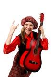 Αστεία γυναίκα στο σκωτσέζικο ιματισμό με την κιθάρα Στοκ Εικόνες