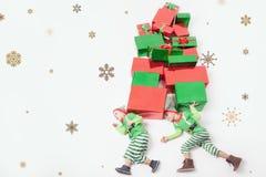 Αστεία δύο αγόρια έντυσαν στα κοστούμια νεραιδών για τα Χριστούγεννα Στοκ Φωτογραφίες