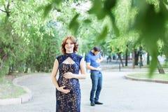 αστεία εικόνα Ευτυχής έγκυος γυναίκα με τη στάση συζύγων από κοινού Στοκ Εικόνα